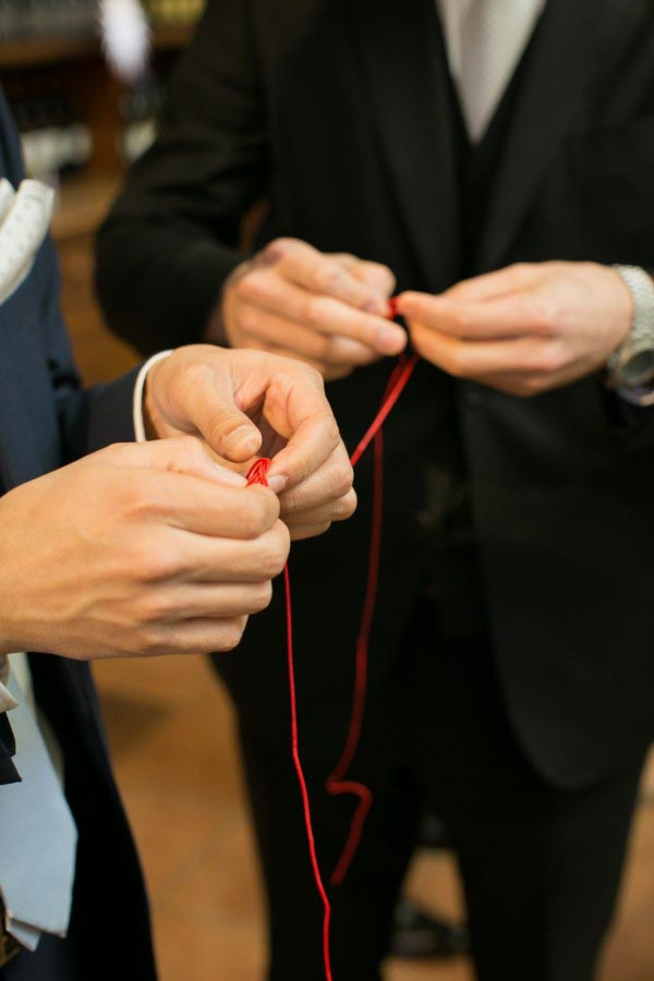 赤い糸を繋げるシーン